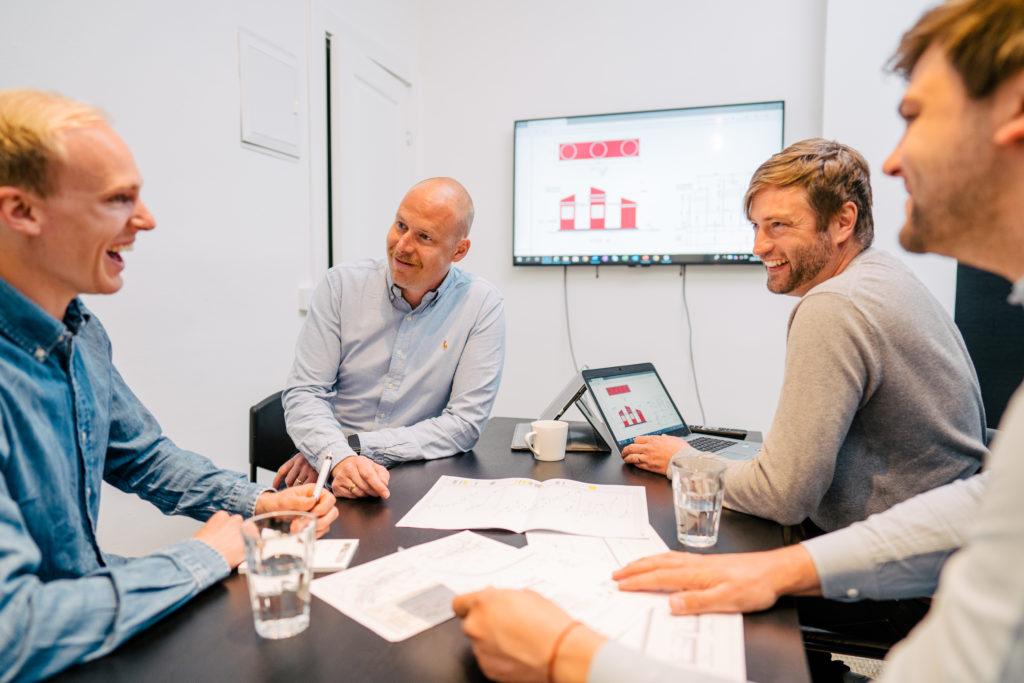 Grupp män i ett möte